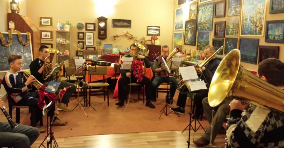 Jastarnicka Orkiestra Dęta spotyka się w muzykalni Villa Astrid na regularnych próbach (piątki i soboty)